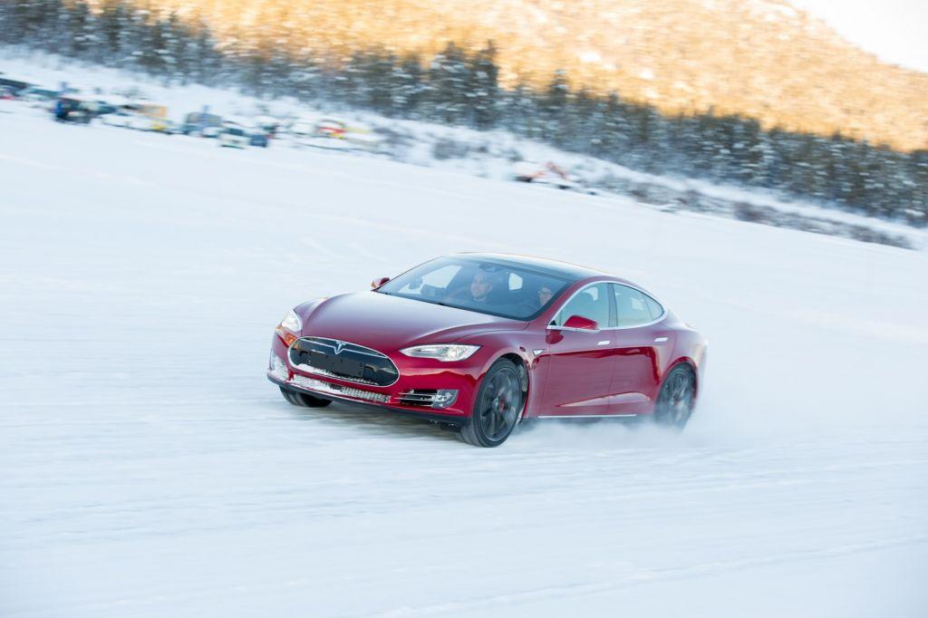 Электромобили Tesla начали готовить для эксплуатации всильные морозы
