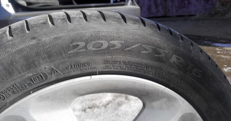 Любителям автомобилей напомнили онеобходимости замены резины