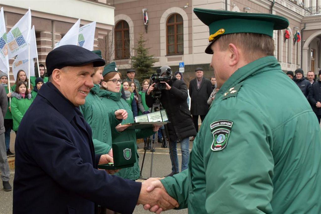 Минниханов вручил экологам ключи от джипов «Шевроле Нива» ибагги