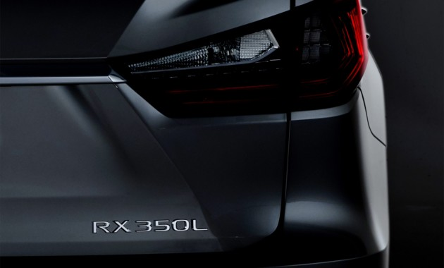 Lexus показал нафото кроссоверRX в новой версии Sport