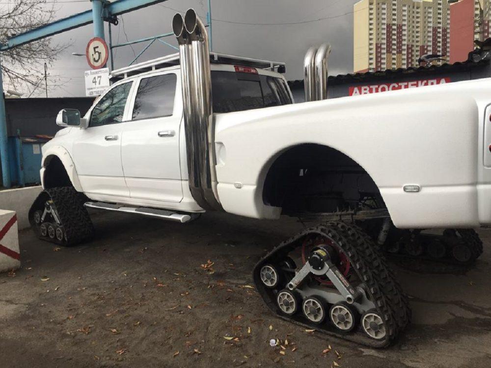 Вседорожный автомобиль нагусеницах вцентре украинской столицы — практически танк